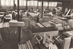 Förr i tiden hade alla intagna blåbyxor, skinnarbetsskor, blåjacka och t-shirt när de arbetade i verkstaden. Foto: Sveriges fängelsemuseum