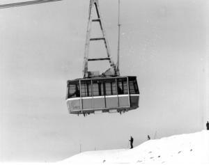 Åtta månader efter den planerade invigningen öppnade Åre kabinbana för allmänheten strax före julhelgen 1976.