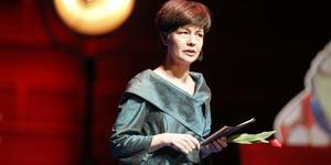 Journalisten och litteraturkritikern Yukiko Duke ledde bland annat utdelning av Litteraturpriset till Astrid Lindgrens minne (Alma-priset) 2017. På Världsbokens dag kommer hon till Norrtälje stadsbibliotek. Foto: Christine Olsson