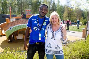 Fotbollsspelaren Chidi Omeje och lekterapeuten Maria Henning-Mäki tycker båda att dagen var lyckad.