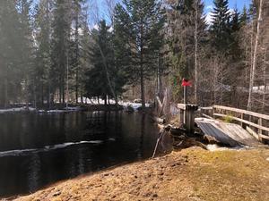 Brandkåren i Mora kommun larmades på fredagseftermiddagen till Siljansfors i Mora kommun, där en damm är nära att brista. Foto: Mora Brandkår