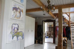 Det är 2,70 meter i takhöjd i hela huset vilket visar att familjen som först byggde huset var välbeställd.