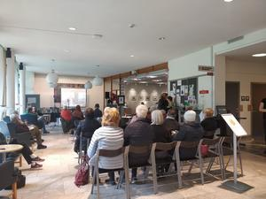 Ungefär 40 personer hade samlats för att ta del av tv-sändningen på stadsbiblioteket i Västerås.