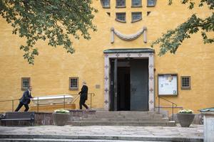 Lena Sjöström hjälper personal från begravningsbyrån att rulla in kistan i Staffans kyrka inför förmiddagens begravning.