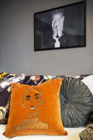 Ilona Sweder har ett stort lager med inredning och möbler som hon använder när hon stylar hem inför försäljning.