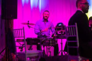 Waseem Bitar på trummor – bandet gav allt under torsdagskvällen.