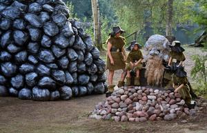 Dvärgarna agerar hjälpredor åt jätten Mimer. Foto: Simon Kosjanov.