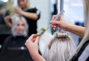 Insändarskribenten undrar vad som görs för att fler killar ska välja kvinnodominerade gymnasielinjer, som frisör. Foto: Gorm Kallestad/TT