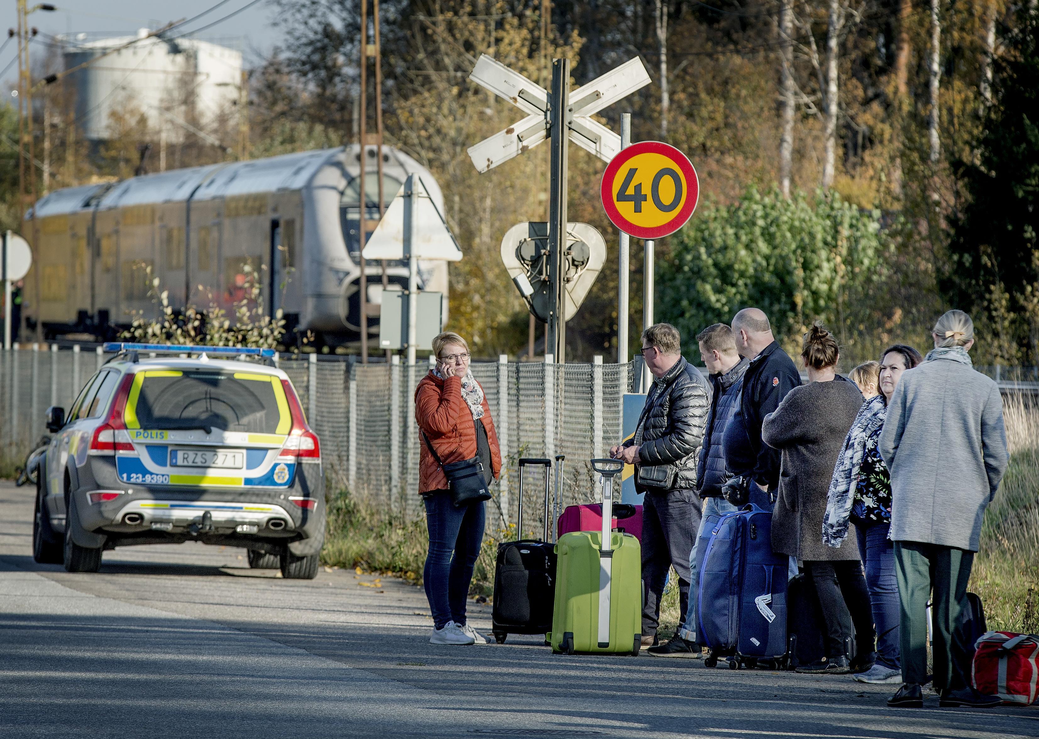 En kranbil rev ner en kontaktledning i södra Kumla. Tågen stannade och passagerare fick evakueras och fortsätta med buss. Olyckan ledde till stopp i tågtrafiken och förseningar när spåren åter öppnade.