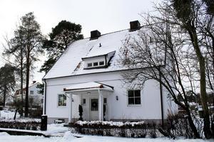 Huset har haft en ägare sen 70-talet. När de förra ägarna köpte huset så budade de mot en annan person som sen hoppade av. . Och det var Johans farbror, Bertram Brinkeborn.