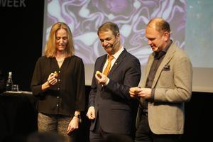 Katarina Ageborg, Astra Zeneca, Ibrahim Baylan, näringsminister och Henrik Henriksson, Scania, fick i uppgift att bygga en anka av Lego.