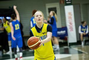 Trots smällen mår Klara Lundquist bra idag. Under kvällen hon ätit middag och umgåtts med sina lagkamrater.