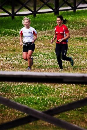 Charlotte Kalla och träningskompisen Marie-Helen Söderman hade redan avverkat en nätt liten runda på en och en halv timme när de anlände till Ängen på Södra Berget.