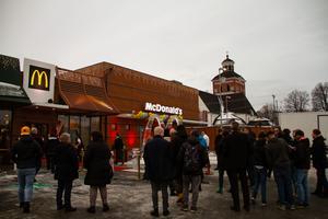 Många nyfikna besökare stod redo utanför McDonald's i Bollnäs.