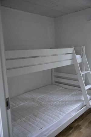 Inne i varje lägenhetsdel finns det två sovrum med en våningssäng i varje rum.
