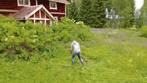 När Daniel och Micke köpte huset hade det stått tomt i nästan 15 år. Det visade sig att fukten hade gått hårt åt framför allt golven. Foto: Privat