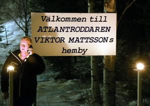 Jonte Mattsson tände marschallerna vid en av de nyuppsatta skyltarna.