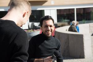 Kalle Malmberg och Ali Thareb läser dikter på arabiska respektive svenska.