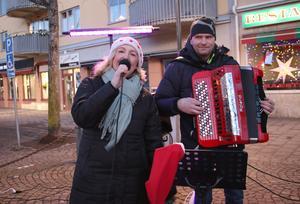Anna-Malin Elvbring och Magnus Andersson stod för sången och musiken under söndagens julgransplundring i Kumla.