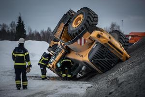 Lastmaskinen välte vid en stenkross inne på området.