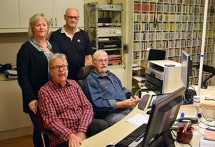 """En del av den stora programledarfamiljen i  Radio Gagnefs studio. Det är  P-O Hindén och Stephan """"Masen"""" Forsslundh, sittande framför Maruie Vestlund och Åke Sirsjö."""