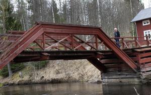 Subbackbron byggdes om från grunden i början av 1980-talet och färgades då röd. Den ser precis ut som den gamla bron.