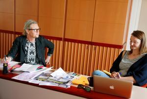 Elisabeth Athle och Marion Stofkoper förbereder sin presentation med svar på frågan om hur Jämtland ska födas i framtiden.