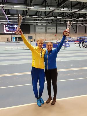 Länets friidrottsstjärnor Erika Kinsey och Emelie Nyman Wänseth jublar efter framgångarna i Nordenkampen.