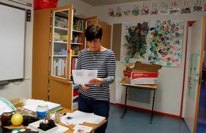 Förskollärare Annika Bydén passar på att städa, sortera och planera.
