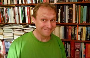 Gävlebon Benny Fröjd, född 1962, är psykolog på en hälsocentral i stan. Han har enligt uppgift aldrig bränt bocken, enligt bokens baksida.