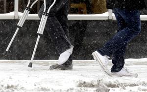 Fotgängare är de som drabbas av flest skador vid snö- och isigt väglag. Foto: TT
