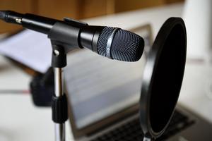 Med dagens teknik är det inte särskilt svårt att göra en podcast hemma. Via sajten soundcloud.com driver Pehr idag podden
