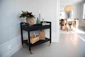 Johanna gillar industriell stil och kontraster. Linne och trä – material som håller över tid återkommer hon gärna till.
