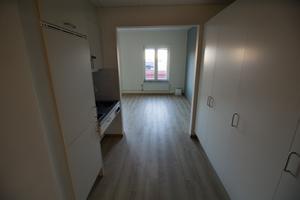 Rummen är nio per avdelning och ungefär 30 kvadratmeter stora. Det finns diskbänk, kyl, låst medicinskåp och toalett på varje rum. Tvättstuga delas med de andra boende.