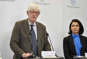 Johan Carlsson, generaldirektör på Folkhälsomyndigheten, och Taha Alexandersson, Socialstyrelsen, vid fredagens presskonferens på Folkhälsomyndigheten. Foto: Anders Wiklund.