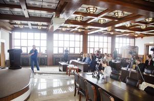 Entreprenören Olle Larsson  höll presskonferens i konferenssalen på tionde våningen, högst upp i hotellet Dragon Gate.