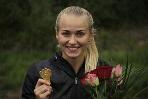 Fanny Runheim med SM-guldmedaljen på 100 meter.