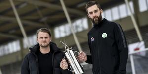 Lagkaptenerna med bucklan som de slåss om. Villas David Karlsson och VSK:s Magnus Joneby.