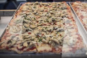 På en yta av fem meter serveras pizzor av olika smaker.