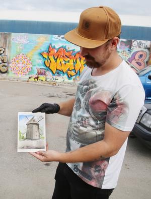 Tomas ägnar sig inte enbart åt graffiti. Under 1800-talsveckan på Torekällberget fanns han på plats och målade akvareller.