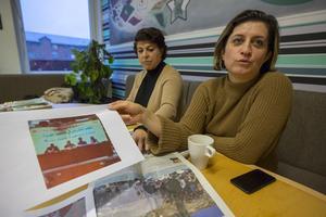 Maria Makbule Colak och Gin Akgul Hajo visar bilder från parlamentet i Rojava, där man erkänt assyriska som ett officiellt språk, efter att det pratats i regionen i 2000 år.