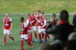 Viacheslav Koidan klappas om efter att han gjort SIF:s 1–0-mål hemma mot Forward.