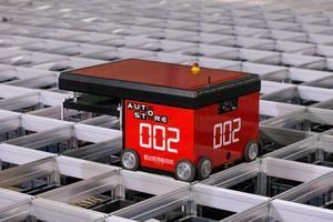 Robotarna styrs trådlöst från sändare i taket. Batterikapaciteten räcker för att roboten ska kunna vara i gång under två arbetsskift. Om det uppstår spilltid för en robot går den till en station där den får batteriet underhållsladdat under tiden.
