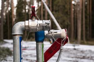 På vissa platser i ÖSK-terrängen har ett antal nya vattenledningar grävts ner och anslutningskopplingar gjorts för ökad produktion av konstsnö direkt ut i spåren.