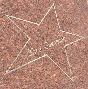 Tore Svenssons namn är förevigat i stjärnparaden utanför kommunhuset i Vansbro.