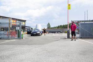 Nu är grindarna öppna på Byggmax i Söderhamn, men det var de inte när Kenny Henriksson och hans sambo skulle åka hem i söndags.