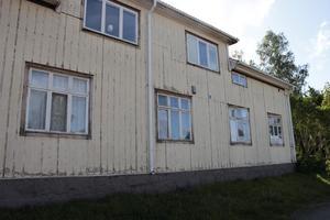 En hyresgäst säger till tidningen att det varit en mängd fel i lägenheten och hoppas nu att det blir bättre då Älvkarlebyhus tar över förvaltningen av hyreshuset.