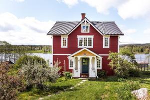 Stor trädgårdstomt i soligt sydvästläge med utsikt mot vattnet. Välbyggd villa som varsamt renoverats för att bevara den äldre charmen. Foto: Kristofer Skog.