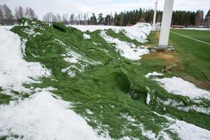 Gröna snödrivor runt Siljansvallen.