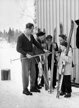 Utrustningen var länge egentligen längdåkningsskidor med modifieringar. Det vill säga plank-skidor med skruvade metallkanter. På vilden skidvallning på Solbacka läroverk  1951.Foto: SvD/TT